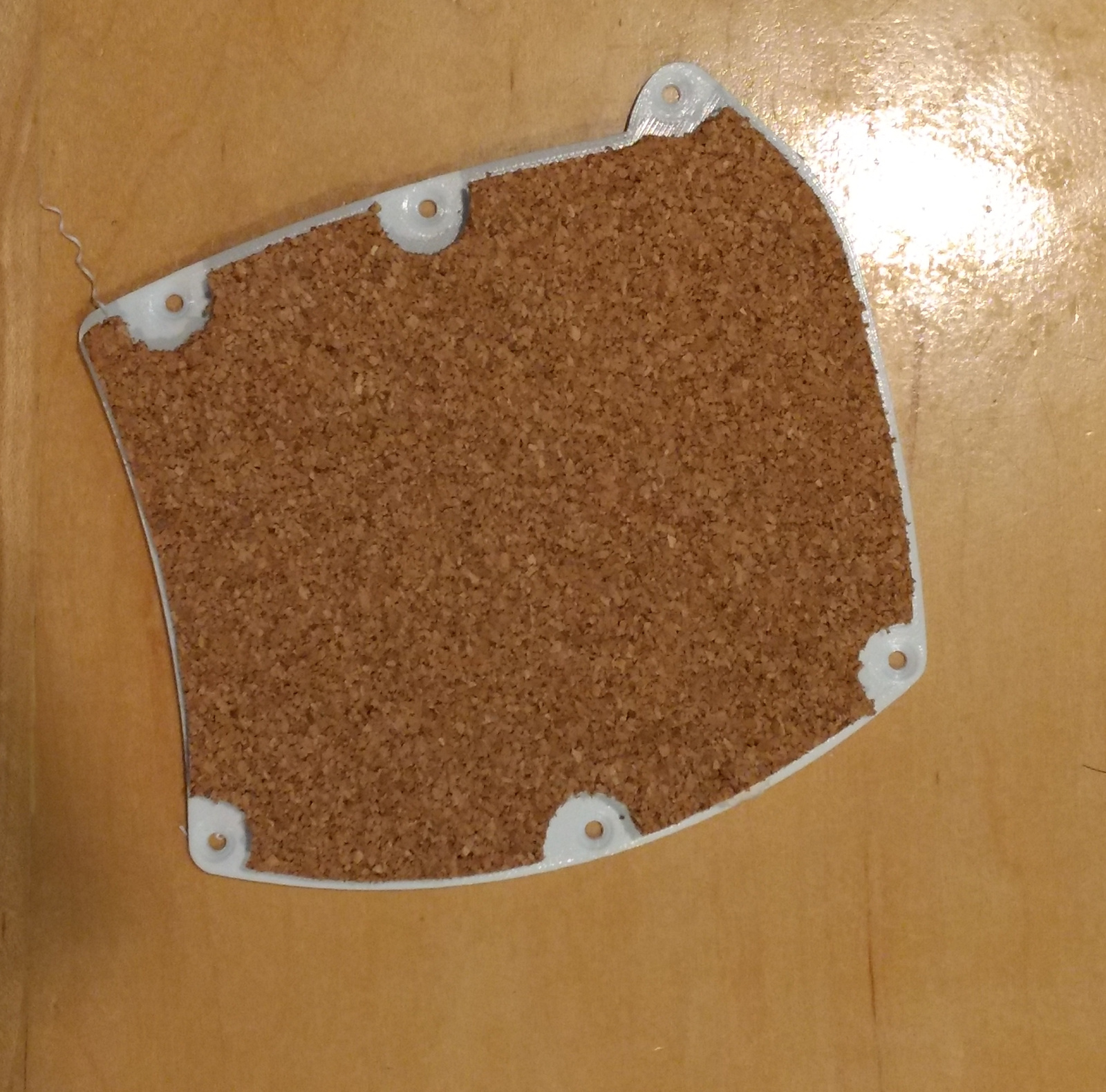Lid/cover with non-slip cork attached